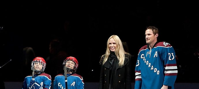 Milan Hejduk s rodinou při slavnostním ceremoniálu na počest jeho tisícího  utkání v NHL. 603346609e