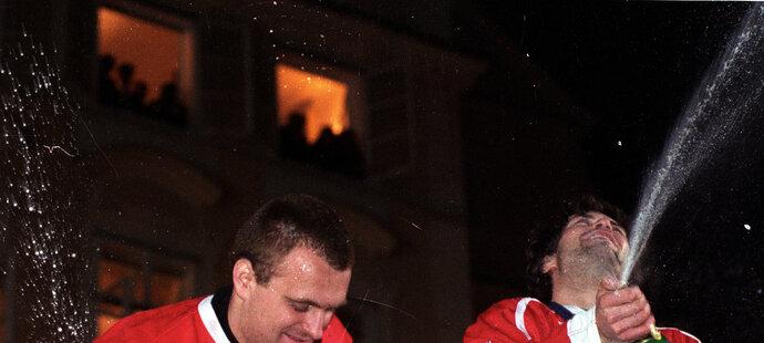 Oslava po příletu z Nagana na Staroměstském náměstí: Robert Reichel (vlevo) bouchá šampaňské s Robertem Langem