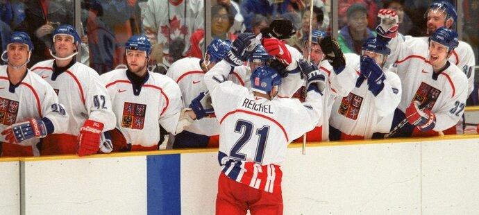 Robert Reichel právě proměnil nájezd proti Kanadě