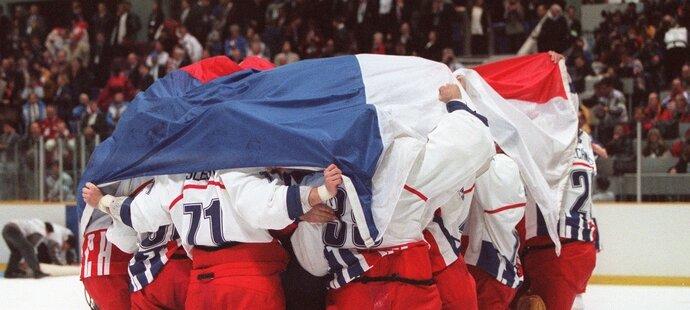 Hrdinové slaví! Čeští hokejisté se po vítězném finále přikryli českou vlajkou.
