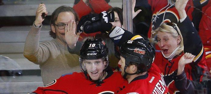 Roman Červenka s nyní již bývalými spoluhráči z Calgary Flames