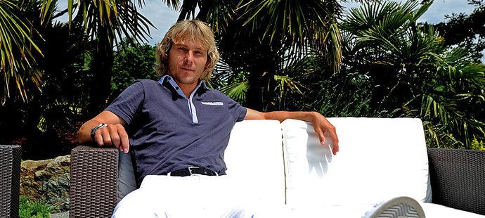 Pavel Nedvěd na zahradě svého domu v Turíně