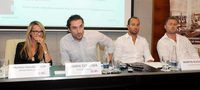 Česká extraliga má hráčské odbory. Vede je Černošek (druhý zleva), v předsednictvu je i Markéta Haindlová