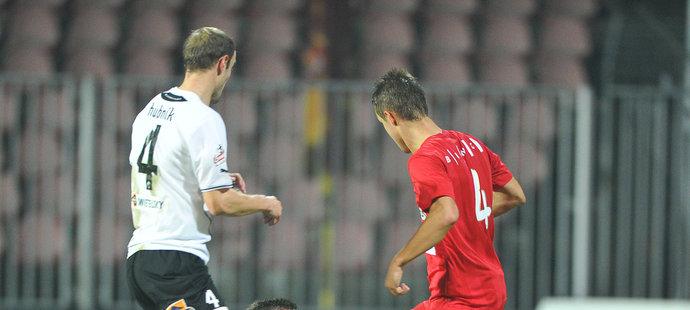 Souboj Košťála s Teclem, který sudí Franěk posoudil jako penaltový.