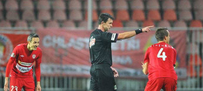 Sudí Franěk ukazuje na značku pokutového kopu, fotbalisté Brna marně protestují nebo se už jen smějí.