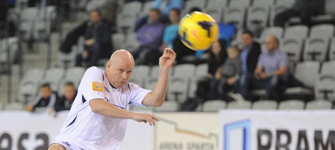 Ivan Hašek a jeho hlavička na turnaji internacionálů v hale Podvinný mlýn