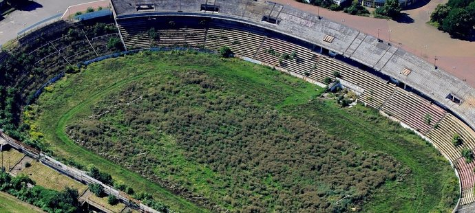 Stadion, který hostil na českém poměry obří fotbalové návštěvy, jen chátrá. Pohled na Lužánky z roku 2010.