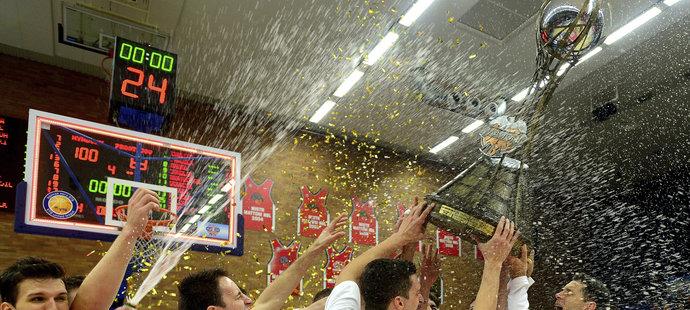 Basketbalisté Nymburku pojedenácté za sebou získali český titul. Navíc poprvé v historii ovládli celou sezonu bez jediné ligové porážky, což se ještě žádnému týmu v NBL nepodařilo. V dnešním třetím finále play off Středočeši porazili Prostějov 97:63 a celou sérii vyhráli 3:0 na zápasy. Prostějov popáté za sebou skončil druhý. Nejužitečnějším hráčem finále byl vyhlášen nymburský pivot Rašid Mahalbašič.
