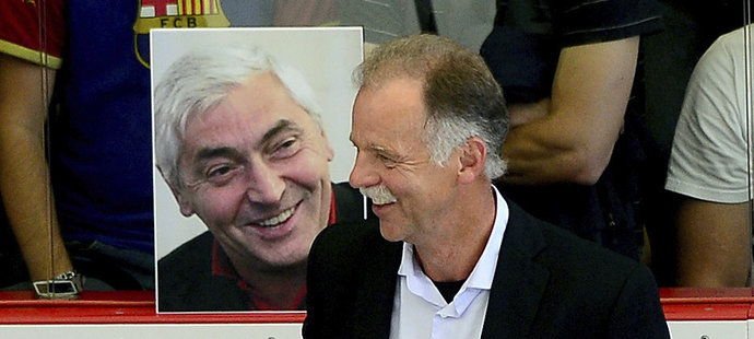 Kouč Slavomír Lener na střídačce hvězd z Nagana pod dohledem portrétu Ivana Hlinky