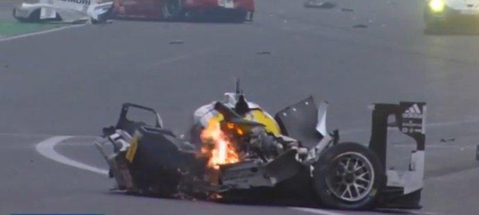 Mark Webber naštěstí vyvázl bez vážných zranění.
