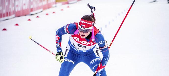 Jitka Landová v cíli sprintu SP v Ruhpoldingu. Desátá příčka je jejím dosavadním maximem