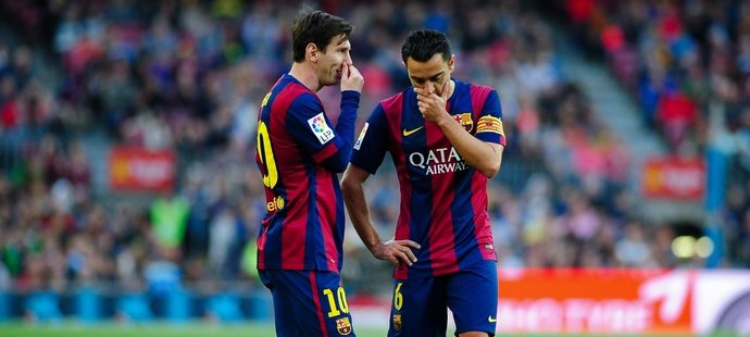 Lionel Messi se záložníkem Barcelony Xavim