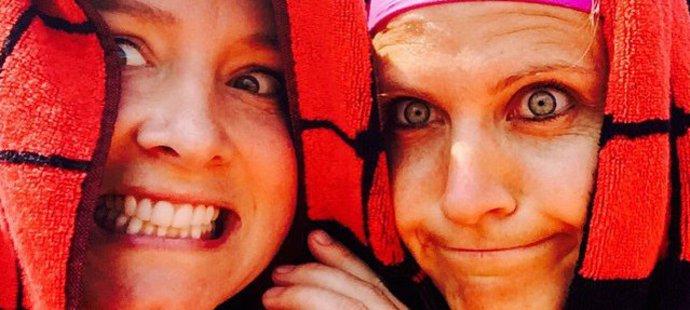 A je tu finále a je pořádně horko! Ručníkové selfie Bethanie Mattekové-Sandsové a Lucie Šafářové po vyhraném semifinále čtyřhry na Roland Garros