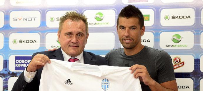 Milan Baroš pózuje s novým dresem.