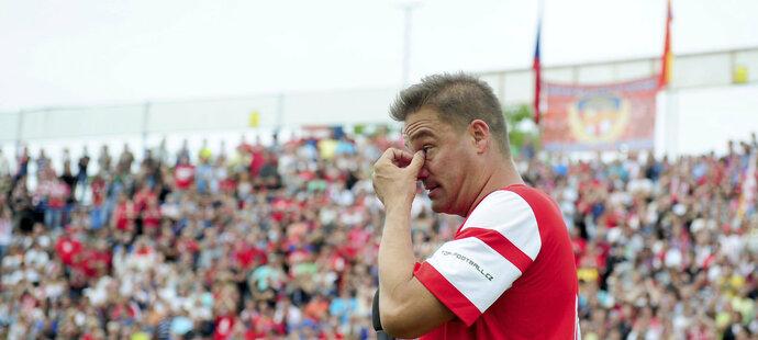 Dojatý Petr Švancara utírá slzy při bouřlivých ovacích, kterými mu děkovalo za jeho fotbalové kousky 35 tisíc fanoušků Za Lužánkami