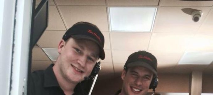 MacKinnon a Crosby překvapili zákazníky oblíbené kavárny.