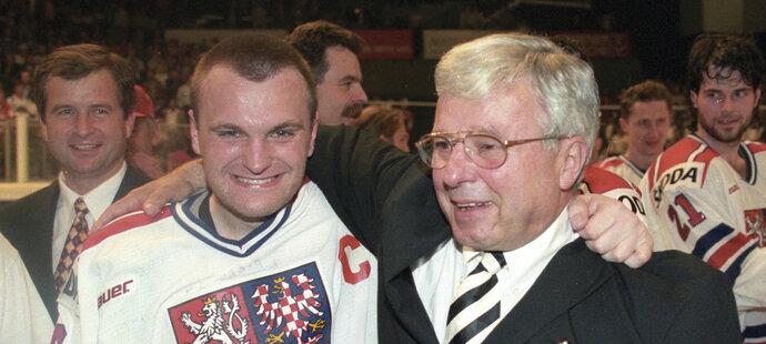 Luděk Bukač s Robertem Reichlem po zisku zlatých medailí na MS v roce 1996