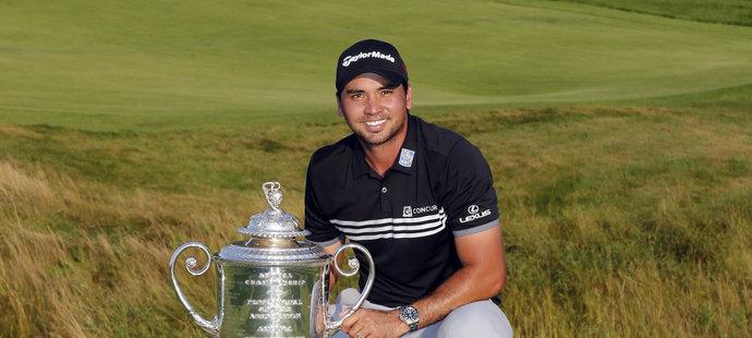 Jason Day pózuje s vítěznou trofejí.