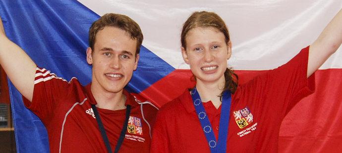 Kristýna Drobná pózuje s trenérem Pavlem Pospíškem.