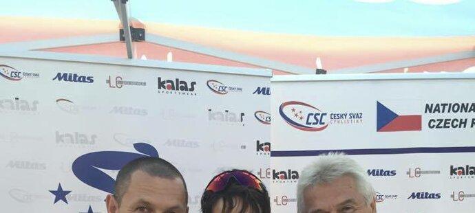 Martina Sáblíková s trenérským duem René Andrle (vlevo) a Petr Novák po úspěšné časovce na mistrovství světa v cyklistice