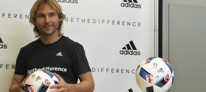 Pavel Nedvěd spolu s dalšími českými fotbalovými osobnostmi představil v Praze míč pro mistrovství Evropy ve Francii
