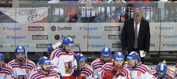 Zklamaní čeští hokejisté v duelu s Finskem před střídačkou a trenérem Vladimírem Vůjtkem