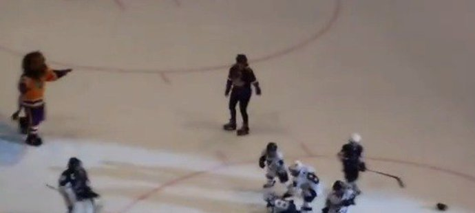 Do rvačky hokejových mrňousů nakonec zasáhl i maskot Bailey