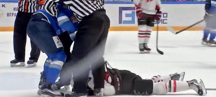 Michal Kempný zůstal po ráně otřesený na ledě
