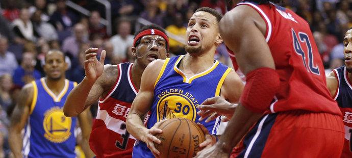 Curry a Golden State dál bezpečně vládnou lize