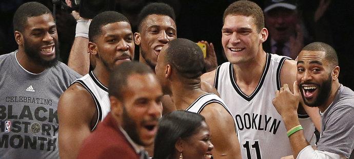 Radost hráčů Brooklynu po Johnsonově koši byla velká