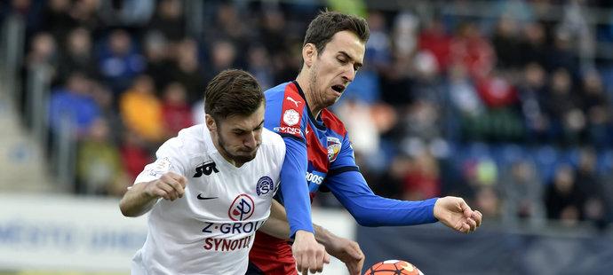 Marek Havlík ze Slovácka (vlevo) bojuje o míč s plzeňským Tomášem Hořavou