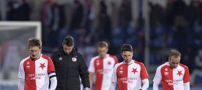 Zklamaní slávisté opouštějí hřiště v Jihlavě, kde i přes velké šance jen remizovali 0:0. Vlevo kapitán Milan Škoda.