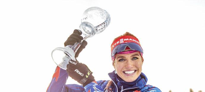 Gabriela Soukalová se raduje s křišťálovým globusem za vítězství ve stíhacích závodech SP