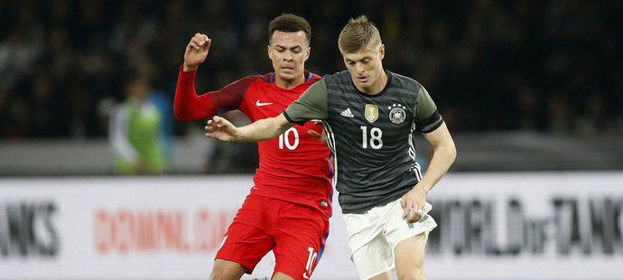 Německý reprezentant Toni Kroos v souboji s Dele Allim