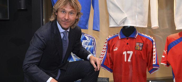 Pavel Nedvěd pózuje v sídle české fotbalové asociace