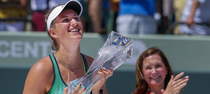 Victoria Azarenková se potřetí v kariéře raduje s pohárem pro vítězku turnaje v Miami