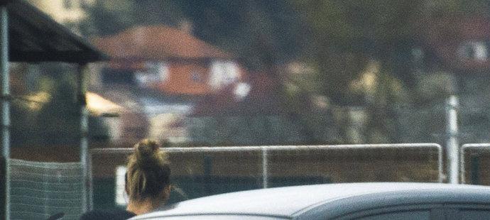 6. dubna 8:33 hod. - Karolína odchází z auta na svůj každodenní trénink, Michal hned odjíždí.