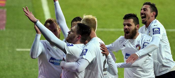 Plzeňská radost! Po proměněné penaltě šla na Spartě do vedení 1:0.