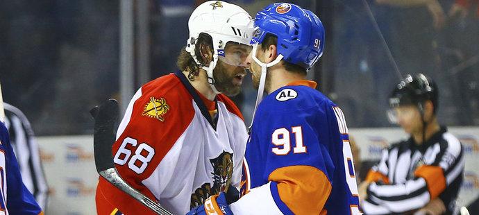 Legenda Jaromír Jágr gratuluje hvězdnému Johnu Tavaresovi, který rozhodl o postupu Islanders.