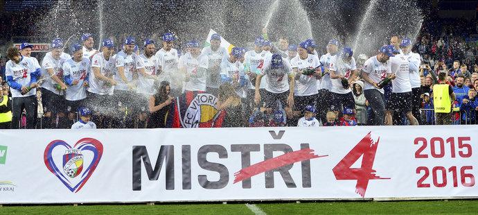 Mistrovský titul patří Viktorii Plzeň. Západočeši ovládli Synot ligu a v sobotu večer se v západočeském městě bujaře slavilo.