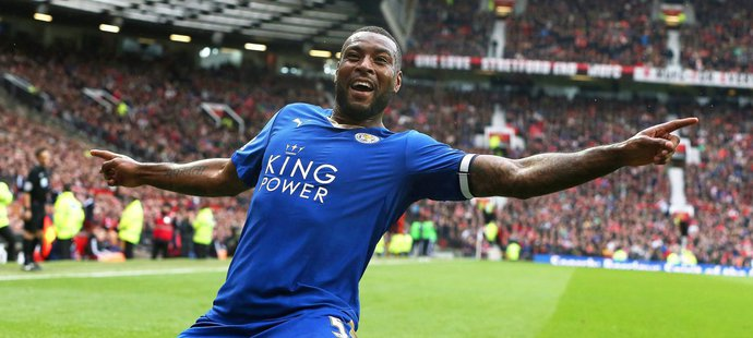 Kapitán Leicesteru Wes Morgan slaví branku do sítě Manchesteru United