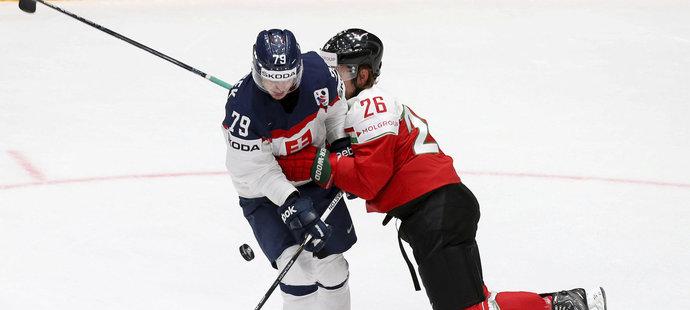 Slovenský hokejista Libor Hudáček čelí ataku soupeře z Maďarska v utkání mistrovství světa v Rusku.