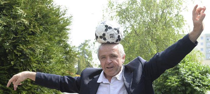 Ladislav Vízek to s míčem pořád umí.