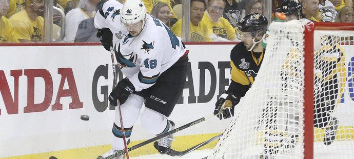 Tomáš Hertl za brankou ujíždí Sidney Crosbymu