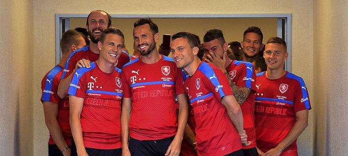 Čeští fotbalisté před prvním tréninkem ve Francii