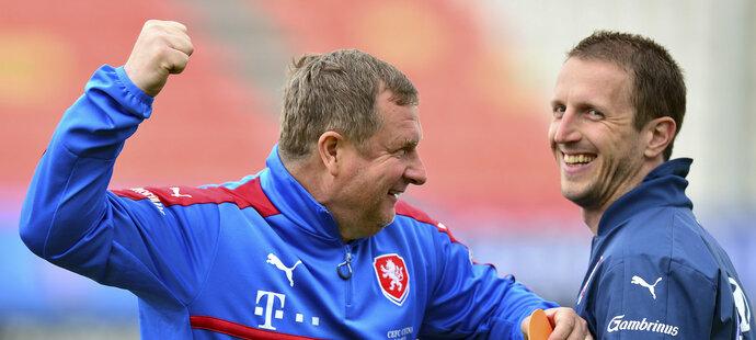 Reprezentační kouč Pavel Vrba v dobré náladě vtipkuje s mluvčím Ondřejem Lípou