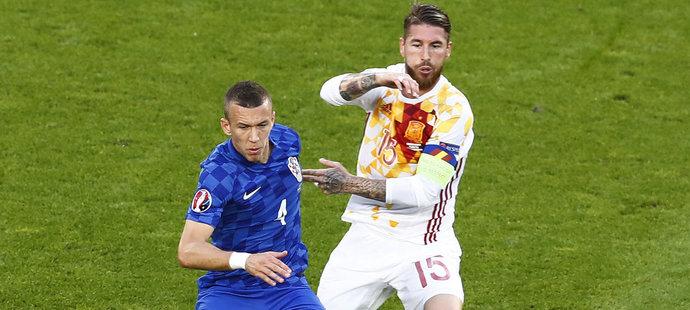 Sergio Ramos brání Ivana Perišiče