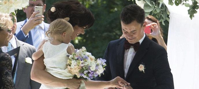 U obřadu asistovala dcera novomanželů Anna