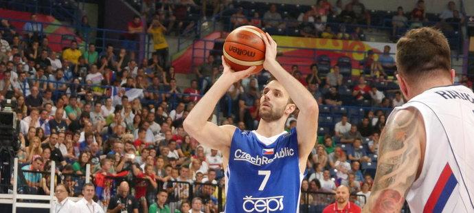 Vojtěch Hruban střílí trestné hody v semifinále olympijské kvalifikace proti Srbsku.