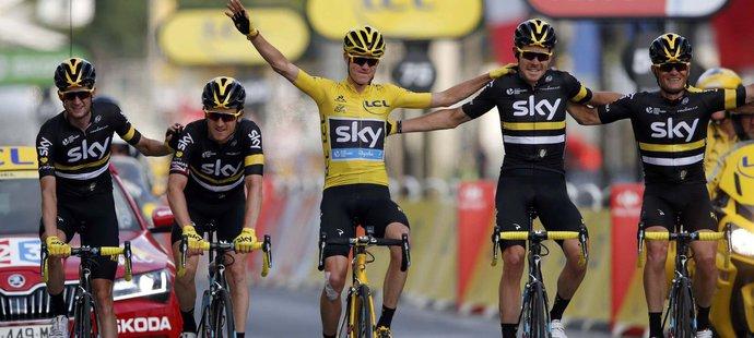 Crhistopher Froome projíždí jako celkový vítěz cílem poslední etapy Tour de France spolu s týmovými parťáky ze stáje Sky